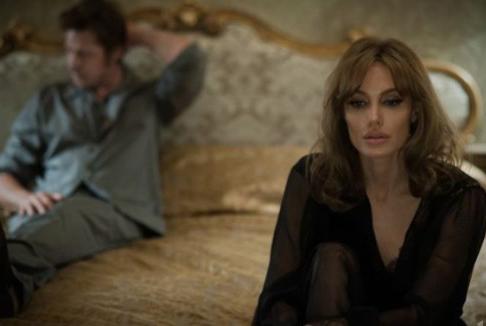 By the sea: Angelina Jolie e Brad Pitt coppia in crisi nel primo trailer del film
