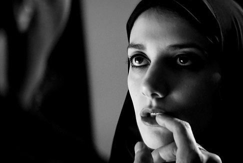 A girl walks home alone at night: Vampiri col burqa