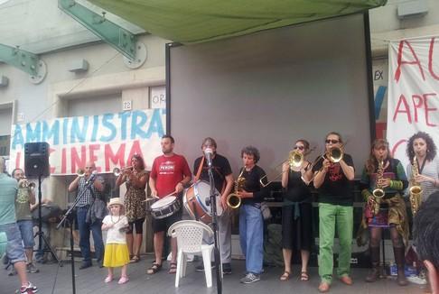 Nuovo Cinema Aquila: In cinquecento davanti alla sala per chiederne la riapertura